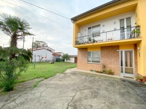 Appartamento al piano terra con ampio giardino privato e ampio garage